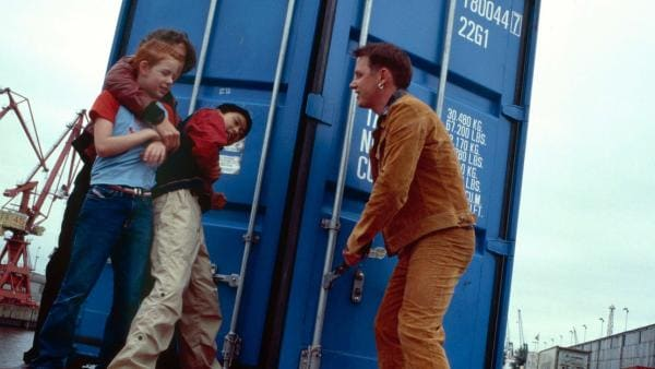 Johanna und Panda werden von den Dieben in den Container gezerrt | Rechte: NDR