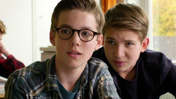 Benny und Johannes sitzen im Klassenzimmer und schauen in eine Richtung. | Rechte: NDR