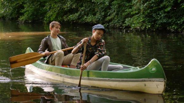 Lisha und Johannes sitzen in einem Boot auf dem Wasser. | Rechte: NDR