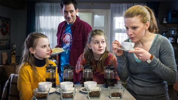 Maja (Annika Martens, rechts) hält eine Kaffeetasse. Alice (Emilia Flint, links), Mia (Marleen Quentin) und Sam (Ole Eisfeld) sehen zu ihr. | Rechte: NDR/Studio HH Foto: Boris Laewen