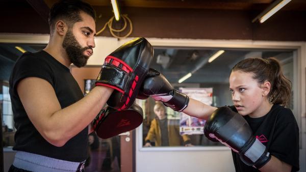 Kira (Marlene von Appen) trainiert Kickboxen mit ihrem Trainer Kim (Kais Setti). | Rechte: NDR Foto: Boris Laewen