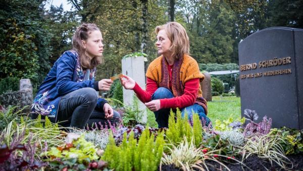 Auf dem Friedhof spricht Kira (Marlene von Appen) mit Edith (Jessica Kosmalla).   Rechte: NDR Foto: Boris Laewen