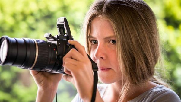 Pinja (Sina Michel) hält eine Kamera. | Rechte: NDR/Studio HH Foto: Boris Laewen
