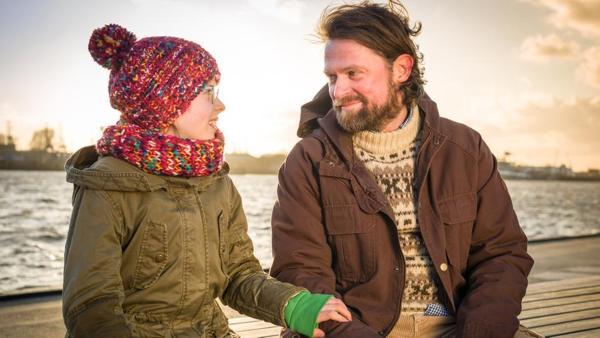 Pinja (Sina Michel) mit ihren Vater Jonne (Mathias Harebye Brandt) | Rechte: NDR/Studio HH Foto: Boris Laewen
