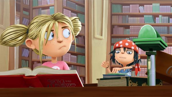 Matilda sucht in der Bibliothek nach einem Gegenmittel, denn Jim benimmt sich komisch. | Rechte: WDR/Cyber Group Studios