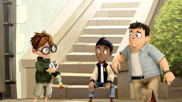 Max zeigt seinen Freunden stolz die Superheldenkarten die er gefunden hat. | Rechte: WDR/Cyber Group Studios