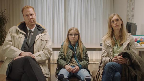 Floor (Bobbie Mulder) mit ihren Eltern Jan (Ferdi Stofmeel, li.) und Irma (Elisa Beuger, re.) | Rechte: NDR/NL Film