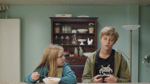 Floor (Bobbie Mulder) und ihr Bruder Kees (Ole Kroes) | Rechte: NDR/NL Film