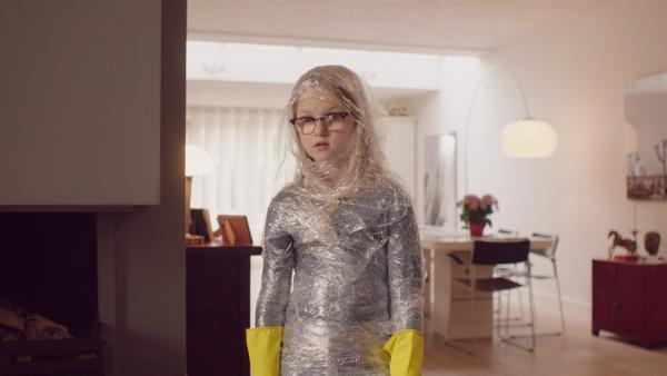 Floor (Bobbie Mulder) mit einem Schutzanzug. | Rechte: NDR/NL Film