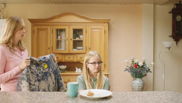 Floor (Bobbie Mulder) mag die Jacke von Ellie nicht.   Rechte: NDR/NL Film