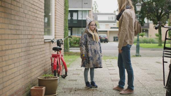 Floor (Bobbie Mulder) schämt sich für die Jacke. | Rechte: NDR/NL Film