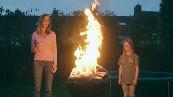 Irma (Elisa Beuger, li.) und Floor (Bobbie Mulder, re.) verbrennen ihre Jacken. | Rechte: NDR/NL Film