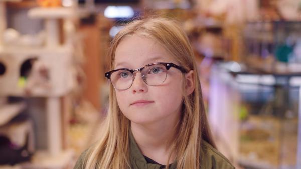 Floor (Bobbie Mulder) möchte den Goldfisch gegen ein Meerschweinchen tauschen. | Rechte: NDR/NL Film