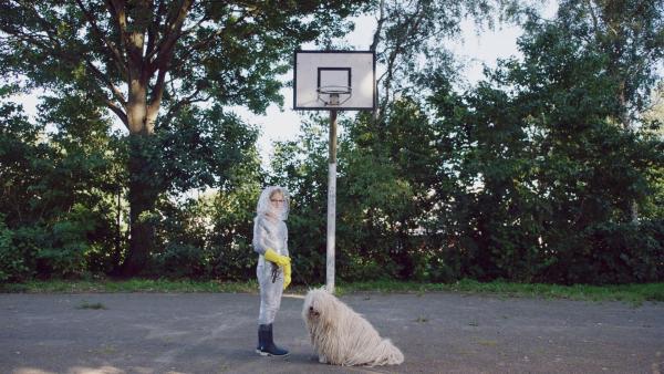 Floor (Bobbie Mulder) möchte sich bei Hund Gerrit auch mit Borkenflechte anstecken. | Rechte: NDR/NL Film