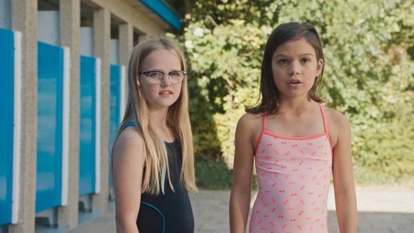 Floor (Bobbie Mulder, li.) und Margreet (Romy Voll, re.) bewundern den Leihbadeanzug von Sasja.   Rechte: NDR/NL Film