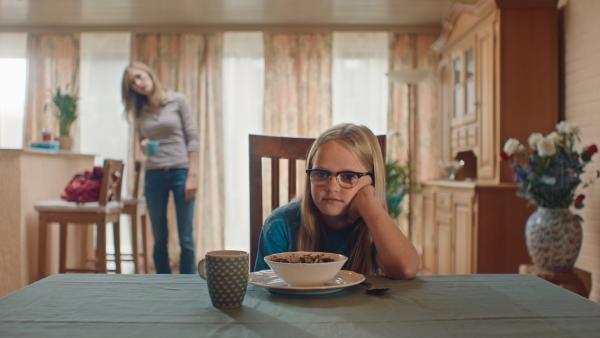 Der Leihbadeanzug geht Floor (Bobbie Mulder) nicht mehr aus dem Kopf. | Rechte: NDR/NL Film