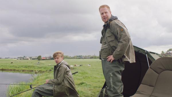 Jan (Ferdi Stofmeel, re.) und Kees (Ole Kroes, li.) sind genervt von Floor.   Rechte: NDR/NL Film