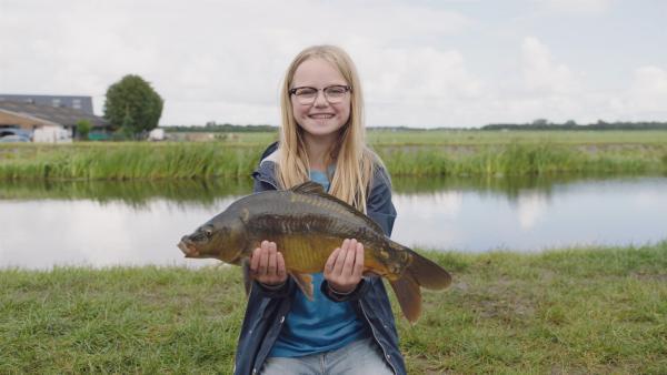 Floor (Bobbie Mulder) hat den dicksten Karpfen gefischt.   Rechte: NDR/NL Film