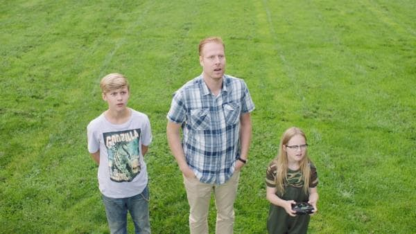 Kees (Ole Kroes, li.) und Jan (Ferdi Stofmeel, Mi.) haben sich ein neues Hobby zugelegt.   Rechte: NDR/NL Film