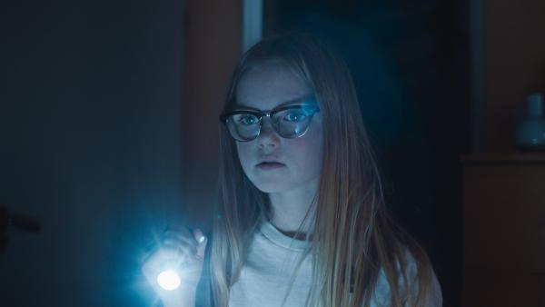 Floor (Bobbie Mulder) hat Nachts einen Einbrecher gehört. | Rechte: NDR/NL Film