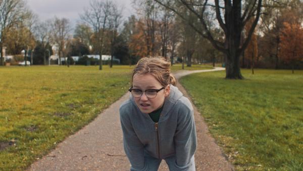Floor (Bobbie Mulder) trainiert für ihre Modelkarriere.   Rechte: NDR/NL Film