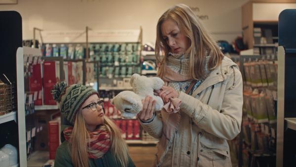 Floor (Bobbie Mulder) und Irma (Elisa Beuger) kaufen eine Pussycat für Margreet.   Rechte: NDR/NL Film