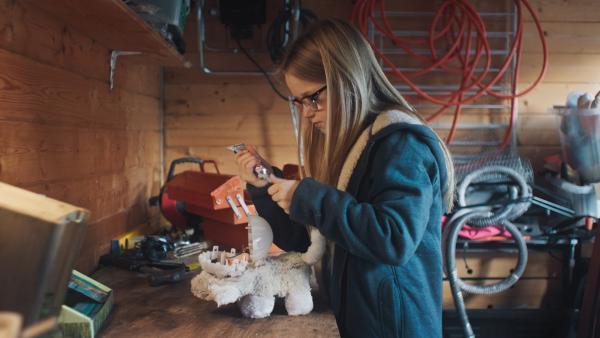 Floor (Bobbie Mulder) versucht die Pussycat zu reparieren. | Rechte: NDR/NL Film