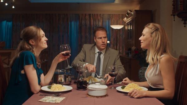 Irma (Elisa Beuger) ist eifersüchtig auf Jans hübsche Kollegin. | Rechte: NDR/NL Film