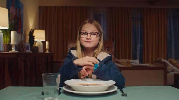 Floor (Bobbie Mulder) ist sehr stolz auf ihre neue Armbanduhr.   Rechte: NDR/NL Film