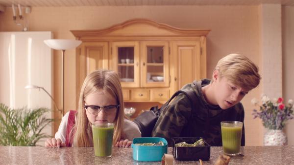 Floor (Bobbie Mulder) und Kees (Ole Kroes) sind nicht begeistert von dem neuen zuckerfreien Essen. | Rechte: NDR/NL Film