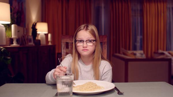 Floor (Bobbie Mulder) hat Sehnsucht nach dem normalen Essen. | Rechte: NDR/NL Film