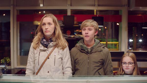 Irma (Elisa Beuger, li.), Kees (Ole Kroes, Mi.) und Floor (Bobbie Mulder, re.) besuchen heimlich eine Imbissbude. | Rechte: NDR/NL Film