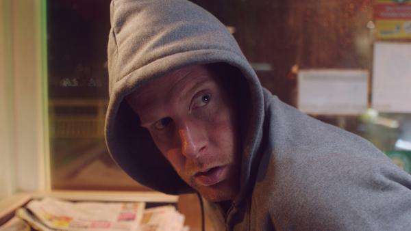 Jan (Ferdi Stofmeel) hat sich auch heimlich in die Imbissbude geschlichen. | Rechte: NDR/NL Film