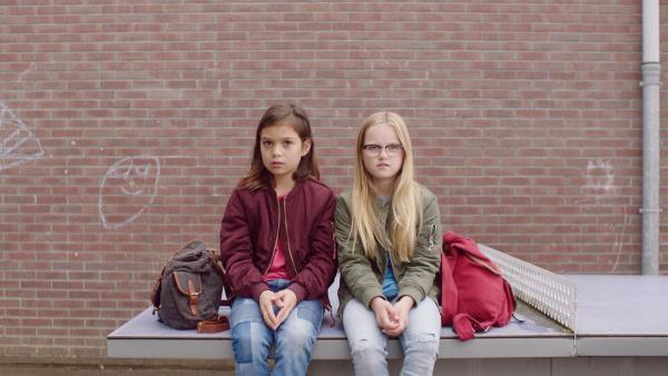 Margreet (Romy Voll, li.) und Floor (Bobbie Mulder, re.) wundern sich über Kees. | Rechte: NDR/NL Film