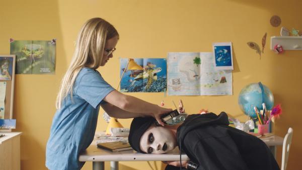 Floor (Bobbie Mulder) will Kees (Ole Kroes) bei seinem Ohrloch helfen. | Rechte: NDR/NL Film