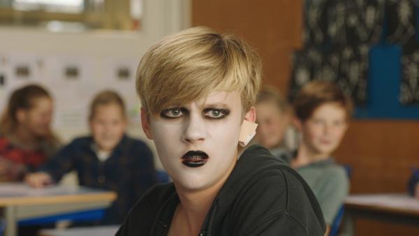 Kees (Ole Kroes) ärgert sich, dass seine Eltern jetzt auch Gothic sind. | Rechte: NDR/NL Film