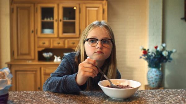 Floor (Bobbie Mulder) wundert sich beim Frühstück über ihren Bruder. | Rechte: NDR/NL Film