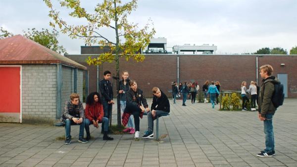 Kees (Ole Kroes) lädt seine Klassenkameraden zu seiner Party ein. | Rechte: NDR/NL Film