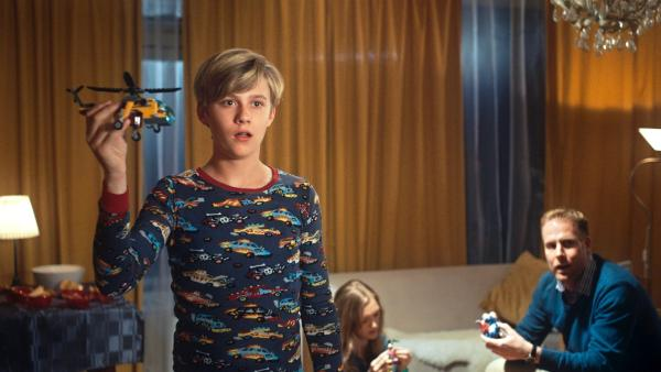 Kees (Ole Kroes) spielt im Schlafanzug mit Lego. | Rechte: NDR/NL Film