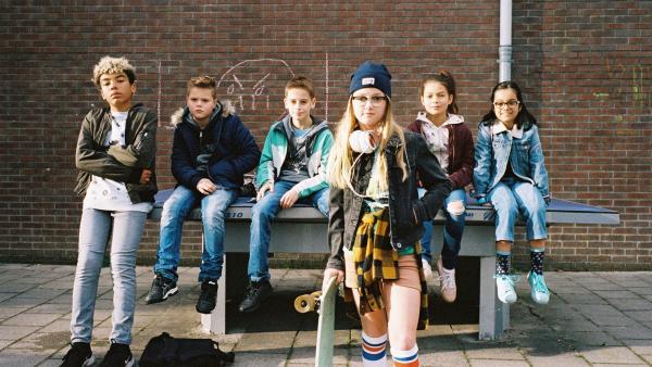 """Floor (Bobbie Mulder) möchte nicht die """"normale Floor"""" sein, sondern ab jetzt """"Skater Floor"""" genannt werden.   Rechte: NDR/NL Film/Maurice Trouwborst"""