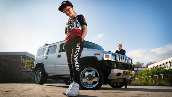 Floor (Bobbie Mulder) und Jan (Ferdi Stofmeel) vor ihrem geliehenen teuren Auto. | Rechte: NDR/NL Film/Maurice Trouwborst