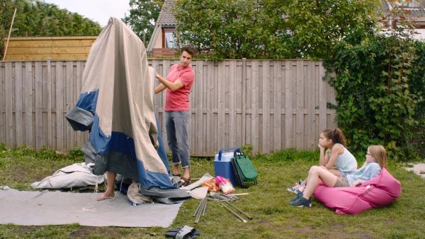 Margeet (Romy Voll, 2.v.re.) und Floor (Bobbie Mulder, re.) schauen ihren Vätern beim Zeltaufbau zu.   Rechte: NDR/NL Film
