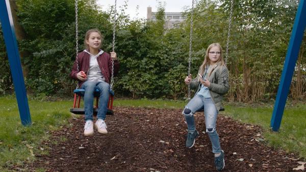 Margreet (Romy Voll, li.) und Floor (Bobbie Mulder, re.) sehen ihren neuen Nachbarn Ruben vorbeigehen. | Rechte: NDR/NL Film