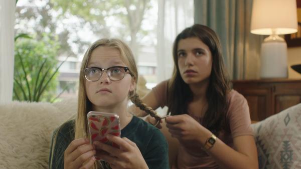 Lola (Lola Kasse, re.) macht Floor (Bobbie Mulder, li.) die Haare, als Kees mit einem anderen Mädchen hereinkommt. | Rechte: NDR/NL Film