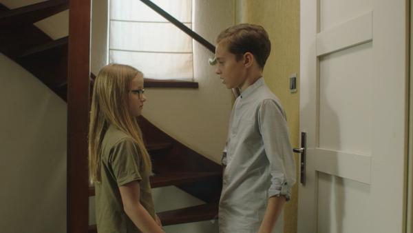 Floor (Bobbie Mulder) trifft zufällig zu Hause im Flur auf Freek (Bing van Son). | Rechte: NDR/NL Film