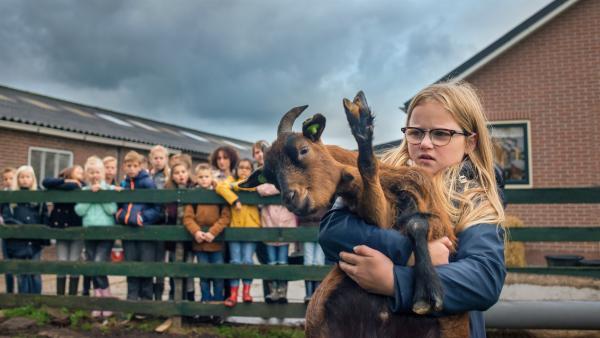 Floor (Bobbie Mulder) hält eine Ziege. | Rechte: NDR/NL Film/Jaap Vrenegoor
