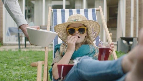Floor (Bobbie Mulder) entspannt im Garten. Sofern Kees alle ihre Wünsche erfüllt, wird sie ihren Eltern nichts von seinen schlechten Noten erzählen. | Rechte: NDR/NL Film