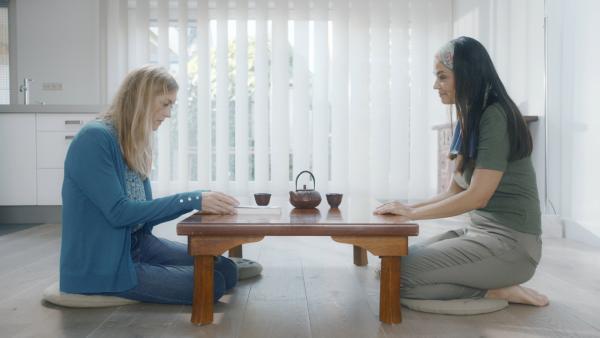 Margreets Mutter (Dewi Reijs, re.) erzählt Irma (Elisa Beuger, li.) von ihrem minimalistischen Lebensstil. | Rechte: NDR/NL Film