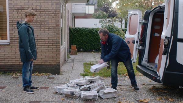 Kees (Ole Kroes) blickt auf all die Zeitungen, die er austragen muss. | Rechte: NDR/NL Film