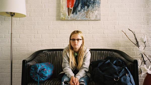 Floor (Bobbie Mulder) sitzt bei Daphne zu Hause, wo sie das Wochenende übernachtet. Sie möchte ihren Eltern beweisen, dass sie kein Heimweh hat. | Rechte: NDR/NL Film/Maurice Trouwborst